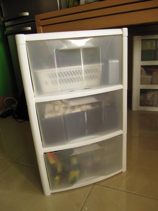 комод, который выглядит как шкафчик с прозрачными выдвижными ящиками