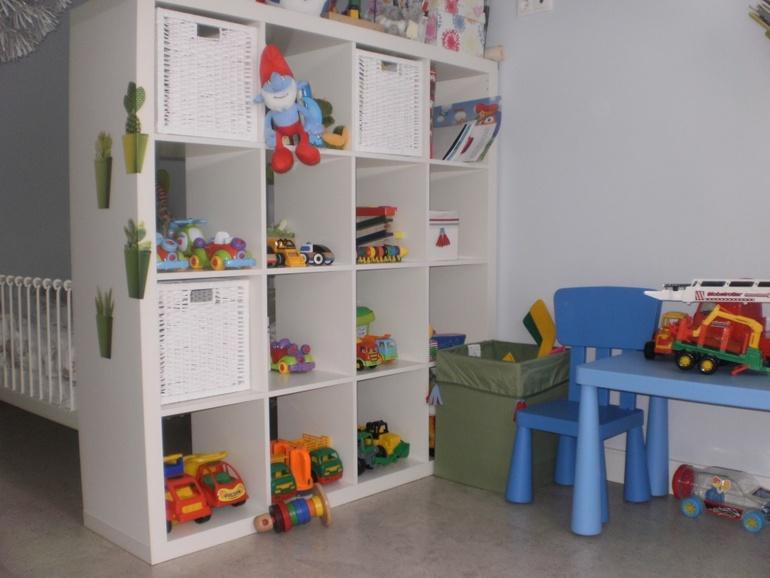 Открытые полки или стеллажи помогают сохранять комнату в порядке