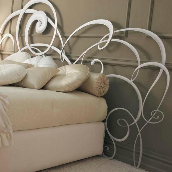 Респектабельность спальни придаст кованая мебель ручной работы