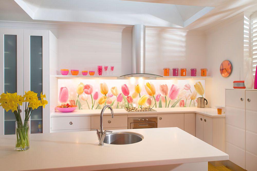 Качественная столешница делает уборку на ней менее болезненной, а правильно выбранный кухонный фартук ( плитка или скинали) также сократит время уборки на кухне