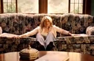 Подруга провалилась в диван - а там любовник!