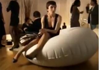 Легкие девушки! Внимательнее с надувной мебелью!